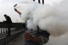 La principal coalición de la oposición en Egipto no se sumará el lunes al diálogo nacional pedido por el presidente Mohamed Mursi porque no ve genuina su propuesta y el grupo no acudirá a futuras conversaciones si no se cumplen una serie de condiciones, dijeron sus miembros. En la imagen, un manifestante contrario al presidente Mohamed Mursi lanza gases lacrimógenos el 27 de enero de 2013 en El Cairo. REUTERS/Amr Abdallah Dalsh