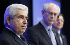 Президент Кипра Деметрис Христофиас, президент Евросовета Херман Ван Ромпей и глава Еврокомиссии Жозе Мануэл Баррозу (слева направо) выступают на пресс-конференции после саммита лидеров стран ЕС в Брюсселе 14 декабря 2012 года. Министры финансов еврозоны поддержали запрос Кипра о продлении срока возвращения России кредита в размере 2,5 миллиарда евро, привлеченного в 2011 году, говорится в документе министерства финансов Германии, попавшего к Рейтер в понедельник. REUTERS/Francois Lenoir