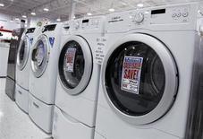 Imagen de archivo de unas lavadoras y secadoras en una tienda en Nueva York, jul 28 2010. Una medición del gasto empresarial planeado aumentó en diciembre en Estados Unidos, una señal de que las preocupaciones del sector privado sobre un ajuste fiscal podrían no haber frenado los proyectos de inversión en la medida que se temía a fines del 2012. REUTERS/Shannon Stapleton