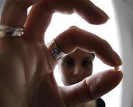La Agencia Europea del Medicamento dijo el lunes que revisará la seguridad de los anticonceptivos orales combinados de tercera y cuarta generación para decidir si es necesario restringir su uso. En la imagen, una mujer con una píldora anticonceptiva en su casa de Niza el 3 de enero de 2013. REUTERS/Eric Gaillard