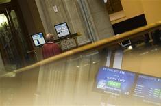 La bolsa española cerró el lunes con caídas después de que los inversores se dedicaron a tomar tímidas plusvalías tras la subida bursátil de la semana pasada cuando su principal índice avanzó algo más de un uno por ciento. En la imagen de archivo, un operador observa las pantallas de un ordenador durante una sesión de la Bolsa de Madrid, el 27 de julio de 2012. REUTERS/Susana Vera