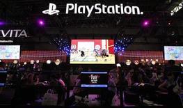 Visitantes testam novo videogame durante evento da Tokyo Game Show no Japão. A China estuda suspender a proibição aos consoles de videogames após mais de uma década em vigor, noticiou nesta segunda-feira o jornal oficial China Daily, o que causou alta nas ações de grandes fabricantes de hardware como a Sony e a Nintendo. 20/09/2012 REUTERS/Toru Hanai