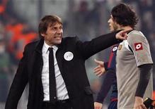 El técnico de la Juventus, Antonio Conte, ha sido sancionado con dos partidos por insultar a los árbitros tras el empate 1-1 del líder de la Serie A en casa ante el Genoa el sábado. En la imagen, el entrenador de la Juventus Antonio Conte reacciona contra el árbitro al final del partido de la Serie A entre su equipo y el Genoa en su campo, en Turín, el 26 de enero de 2013. REUTERS/Stefano Rellandini