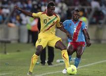 Le Malien Modibo Maiga (à gauche), aux prises avec le Congolais Mpeko Issama, lundi à Durban, en Afrique du Sud. Le Mali s'est qualifié lundi pour les quarts de finale de la Coupe d'Afrique des nations grâce à un nul 1-1 contre la République démocratique du Congo. /Photo prise le 28 janvier 2013/REUTERS/Rogan Ward