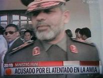 Israel y líderes de la comunidad judía rechazaron el lunes un acuerdo entre Argentina e Irán para crear una comisión de juristas que analice la investigación por el ataque que destruyó en 1994 la mutua judía AMIA en Buenos Aires, que dejó un saldo de 85 muertos. En la imagen, el ministro de Defensa de Irán, Ahmad Vahidi, habla con la prensa en el exterior del cuartel general de la Aviación Militar en Santa Cruz, Bolivia, en esta imagen congelada tomada de un vídeo emitido por Unitel TV, en una foto de archivo del 31 de mayo de 2011. REUTERS/Unitel TV via REUTERS/David Mercado