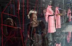 Una ragazza riflessa nella vetrina di un negozio di abbigliamento a Berlino. REUTERS/Fabrizio Bensch
