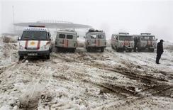 Автомобили МЧС рядом с местом падения самолета под Алма-Атой 29 января 2013 года. Пассажирский самолет, летевший с севера Казахстана, упал во вторник в районе Алма-Аты на юге, унеся два десятка жизней, что стало второй за месяц с небольшим фатальной авиакатастрофой в крупнейшей экономике Центральной Азии. REUTERS/Shamil Zhumatov