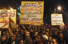 El jefe del Ejército de Egipto dijo el martes que las disputas políticas están empujando al país al borde del colapso, una severa advertencia de los militares que gobernaron hasta el año pasado, mientras su primer presidente elegido democráticamente tiene problemas para contener la sangrienta violencia callejera. Imagen de una manifestación contra el presidente Mohamed Mursi el 28 de enero con lemas contra él, celebrada a pesar del toque de queda nocturno en la ciudad portuaria de Suez. REUTERS/Stringer
