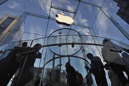 Customers visit the Apple store on 5th Avenue in New York, September 19, 2012. REUTERS/Eduardo Munoz