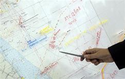 O almirante italiano Saverio Ferrar aponta para um mapa que mostra as coordenadas para uma busca de um F-16 norte-americano que desapareceu sobre o mar Adriático, em Ravenna, Itália. 29/01/2013 REUTERS/Giorgio Benvenuti