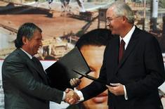 El presidente de Rosneft, Igor Sechin (a la izquierda en la imagen), junto al ministro de Petróleo venezolano, Rafael Ramírez, durante la ceremonia de firma de un acuerdo en la sede de la petrolera PDVSA en Caracas, ene 29 2013. La petrolera estatal venezolana PDVSA firmó el martes un memorando de entendimiento con la rusa Rosneft para desarrollar varios demorados proyectos de gas frente a las costas del país sudamericano. REUTERS/Carlos Garcia Rawlins