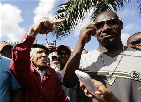 Cuban baseball defector returns home under new law