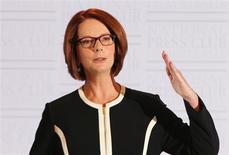 La primera ministra de Australia, Julia Gillard, convocó el miércoles elecciones nacionales para el 14 de septiembre, sorprendiendo a los votantes con ocho meses de antelación en una jugada audaz diseñada para poner fin a la incertidumbre política en torno a su gobierno de minoría. En la imagen, Gillard habla ante periodistas en Canberra, el 30 de enero de 2013. REUTERS/Stringer