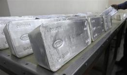 Слитки серебра на заводе Красцветмет в Красноярске 28 марта 2011 года. Крупнейший в России производитель серебра Полиметалл подтвердил пониженный прогноз добычи драгметаллов в текущем году на фоне простаивающей фабрики по извлечению золота из концентрата в Хабаровском крае. REUTERS/Ilya Naymushin