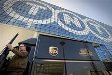 Грузовая машина UPS остановилась около офиса TNT в Хофддорпе (Нидерланды), 19 марта 2012 года. Антимонопольные органы ЕС заблокировали попытку американской United Parcel Service Inc купить за 5,2 миллиарда евро своего конкурента TNT Express, что должно было помочь крупнейшей логистической компании расширить свое влияние в Азии и Латинской Америке. REUTERS/Robin van Lonkhuijsen/United Photos