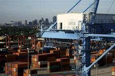 Контейнеры в порту Нового Орлеана на реке Миссисипи 23 июня 2010 года. ВВП США в четвертом квартале 2012 года снизился, согласно предварительным данным, на 0,1 процента к аналогичному периоду 2011 года, сообщило министерство торговли. REUTERS/Sean Gardner