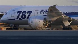Самолет Boeing 787 Dreamliner авиакомпании An All Nippon Airways (ANA) в токийском аэропорту Ханеда 29 января 2013 года. Прибыль Boeing Co в четвертом квартале 2012 года снизилась, однако была выше прогнозов за счет высокой маржи коммерческих поставок. REUTERS/Toru Hanai