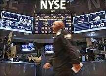 Wall Street a ouvert sur une note stable mercredi, après l'annonce d'une contraction inattendue du PIB américain au cours du quatrième trimestre mais alors que le nombre d'emplois créés dans le secteur privé au mois de janvier a été plus élevé que prévu. Quelques minutes après l'ouverture, le Dow Jones perd 0,09 %, le Standard & Poor's 500 recule de 0,03% et le Nasdaq Composite prend 0,05%. /Photo prise le 28 janvier 2013/REUTERS/Brendan McDermid