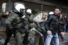 Un policía patea a un manifestante durante una protesta a las afueras del ministerio del Trabajo en Atenas, ene 30 2013. Los manifestantes griegos que se oponen a las medidas de austeridad irrumpieron el miércoles en las oficinas del Ministerio de Trabajo en Atenas y chocaron con la policía después del arresto de 30 personas que habían protestado. REUTERS/Yorgos Karahalis