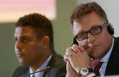 Ronaldo e o secretário-geral da Fifa, Jérôme Valcke, participam de entrevista no Rio de Janeiro nesta quarta-feira, quando foi lançado o pôster da Copa do Mundo de 2014. REUTERS/Sergio Moraes