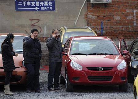 1月30日、中国の中古車販売市場は2012年、伸び率が2年連続で新車市場を上回った。写真は安徽省・合肥の中古車販売店で26日撮影(2013年 ロイター)