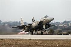 An Israeli air force F15-E fighter jet takes off for a mission over the Gaza Strip, from the Tel Nof air base in central Israel November 19, 2012. REUTERS/Baz Ratner