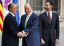 Extremadura cumplió con el objetivo de reducir su déficit público al 1,5 por ciento del PIB el año pasado desde el 4,7 por ciento que alcanzaba al cierre de 2011, dijo el jueves el presidente de la región española, José Antonio Monago. En la imagen, el rey Juan Carlos saluda al presidente extremeño, José Antonio Monago (I), en presencia del príncipe Felipe en Madrid el 2 de octubre de 2012. REUTERS/Sergio Pérez