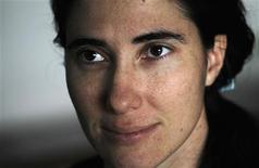 Blogueira dissidente cubana Yoani Sánchez ouve pergunta durante entrevista à Reuters em sua casa em Havana, em fevereiro de 2011. Yoani Sánchez afirmou que recebeu seu passaporte atualizado para viajar ao exterior, depois da aprovação de novas regras em Cuba. 09/02/2011 REUTERS/Desmond Boylan/Arquivo