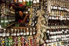 Vendedora arruma frascos de perfumes e óleos feitos de frutas e plantas da região amazônica, no Mercado Ver o Peso, em Belém. A taxa de desemprego no Brasil fechou 2012 no seu menor nível histórico, ao mesmo tempo em que a renda do trabalhador acumulou ganhos no ano. 11/01/2012 REUTERS/Paulo Santos