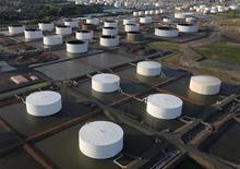Нефтяные хранилища на месторождении в городе Линден, штат Нью-Джерси 24 августа 2011 года. Цены на нефть снижаются, но Brent по-прежнему близка к $115 за баррель благодаря обещанию ФРС продолжить скупку облигаций и хорошим экономическим показателям еврозоны. REUTERS/Lucas Jackson