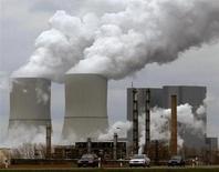 Dow Chemical a enregistré une perte nette pour le quatrième trimestre, de 716 millions de dollars, sous le coup d'importantes charges de restructuration et d'une baisse des ventes de plastiques de spécialité et de chlorine. /Photo d'archives/REUTERS/Arnd Wiegmann