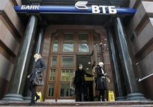 Люди выходят из отделения банка ВТБ в Москве 14 февраля 2011 года. Второй по величине госбанк ВТБ согласен продажей своих акций продемонстрировать пример размещения через биржу ММВБ, которую власти пока безуспешно пытаются продвинуть в качестве основной площадки для приватизационных сделок. REUTERS/Denis Sinyakov