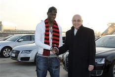 Jogador Mario Balotelli (E) da Itália cumprimenta vice-presidente do AC Milan, Adriano Galliani, na chegada ao aeroporto de Milão. 30/01/2013 REUTERS/Studio Buzzi/Divulgação
