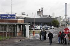 Devant l'usine Goodyear d'Amiens-Nord (Somme). Goodyear Dunlop a confirmé jeudi son projet de fermeture de cette usine de pneumatiques, qui entraînerait la suppression de 1.173 postes. /Photo prise le 31 janvier 2013/REUTERS/Pascal Rossignol