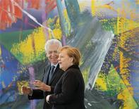 La chancelière allemande Angela Merkel et le président du Conseil italien Mario Monti ont indiqué jeudi que la bataille diplomatique du budget 2014-2020 de l'Union européenne a de bonnes chances de s'achever la semaine prochaine par un accord lors du sommet de Bruxelles. Paris partage également cet optimisme. /Photo prise le 31 janvier 2013/REUTERS/Tobias Schwarz