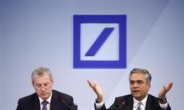 Deutsche Bank informó el jueves de sus peores pérdidas en un trimestre desde hace cuatro años, al asumir cargos por 2.600 millones de euros para intentar poner fin a una serie de escándalos y limpiar sus cuentas sin pedir capital extra a sus accionistas. Imagen de los dos copresidentes, Anshu Jain (dcha.), y Jürgen Fitschen, en la rueda de prensa anual de resultados del banco celebrada el 31 de enero en la ciudad alemana de Fráncfort. REUTERS/Lisi Niesner