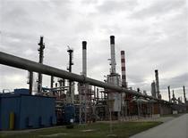 Les cours du pétrole ont clôturé sur une note irrégulière à New York jeudi, dans des échanges techniques qui ont eu pour effet d'accroître les écarts entre le brut léger américain WTI et le Brent de mer du Nord. /Photo d'archives/REUTERS/Ivan Milutinovic