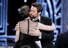 """O ator Hugh Jackman beija Anne Hathaway durante premiação do sindicato dos atores, no dia 27 de janeiro, em Los Angeles. Ambos participam do filme """"Os Miseráveis"""". REUTERS/Lucy Nicholson"""