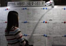 Dans un centre pour l'emploi, à Tokyo. Le taux de chômage a légèrement augmenté au Japon en décembre mais l'accès à l'emploi s'est amélioré, selon le gouvernement. /Photo d'archives/REUTERS/Yuriko Nakao