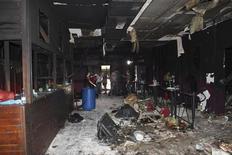 Una espuma altamente inflamable que en tres minutos llenó de un denso humo venenoso una discoteca en el sur de Brasil fue la responsable por la muerte de 235 personas el fin de semana, dijeron el jueves investigadores de la policía. En la imagen, gente inspecciona la discoteca Kiss en la ciudad de Santa María, a 301 km al oeste de la capital Porto Alegre, en esta imagen cedida por la Policía Civil, el 29 de enero de 2013. REUTERS/Policia Civil