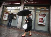 La banque espagnole Popular a annoncé vendredi la plus lourde perte de son histoire pour l'exercice 2012, marqué par 9,6 milliards d'euros de provisions passées pour couvrir des mauvaises créances liées à l'immobilier. /Photo prise le 28 septembre 2012/REUTERS/Sergio Perez