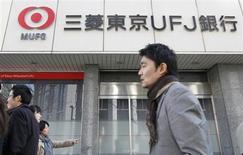 Mitsubishi UFJ Financial Group (MUFG) affiche un bénéfice net multiplié par deux de 242 milliards de yens (1,93 milliard d'euros) au troisième trimestre 2012-2013. La faiblesse du yen a notamment dopé les résultats libellés en yens de la première banque japonaise en termes d'actifs, dont les activités à l'international ont crû à un rythme soutenu. /Photo prise le 31 janvier 2013/REUTERS/Shohei Miyano