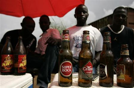 Men sell beers at Lombolombo beach in Cabinda, Angola January 12, 2010. REUTERS/Rafael Marchante