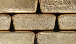 Золотые слитки на заводе Oegussa в Вене 26 августа 2011 года. Цены на золото стабильны накануне отчета о занятости в США и могут вырасти за неделю. REUTERS/Lisi Niesner
