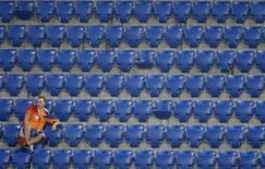 Болельщик сборной Нидерландов сидит на трибуне стадиона в Базеле после поражения от России в четвертьфинале Евро-2008 21 июня 2008 года. REUTERS/Pascal Lauener