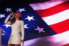 La cantante Beyonce dijo que hizo 'playback' en la ceremonia posterior a la investidura del presidente Barack Obama, pero hizo una impresionante versión 'a cappella' del himno nacional estadounidense en la conferencia de la Super Bowl el jueves. En la imagen, Beyonce canta el himno nacional estadounidense durante la conferencia de la Super Bowl en Nueva Orleans, Luisiana, el 31 de enero de 2013. REUTERS/Jim Young