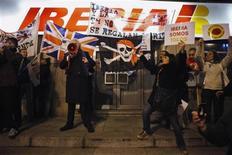 Los sindicatos del personal de tierra y de tripulación de cabina de Iberia preparan cinco días de huelga en la segunda mitad de febrero tras dar la víspera por rotas sus negociaciones con los directivos de la aerolínea española sobre la reestructuración de la compañía, dijo un portavoz sindical. En la imagen, empleados de Iberia protestan ante la sede de la compañía en Madrid el 27 de diciembre de 2012. REUTERS/Susana Vera