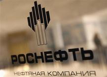 Логотип Роснефти в ее офисе в Санкт-Петербурге 18 октября 2012 года. Чистая прибыль крупнейшей российской нефтяной компании - Роснефти выросла по стандартам МСФО в 2012 году на 7 процентов до 342 миллиардов рублей, но оказалась ниже усредненного прогноза аналитиков. REUTERS/Alexander Demianchuk