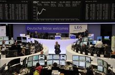 Les Bourses européennes progressaient à mi-séance, à l'exception de Madrid. À Paris, le CAC 40 gagnait 0,91% vers 12h00 GMT. A Francfort, le Dax prenait 0,25% et à Londres, le FTSE 0,39%, mais à Madrid, l'indice Ibex perdait 1,7%. /Photo prise le 1er février 2013/REUTERS/Remote/Janine Eggert