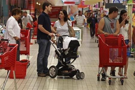 People make their shopping at a supermarket in Lisbon August 30, 2011. REUTERS/Jose Manuel Ribeiro